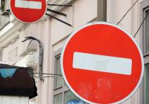 Шлагбаумами в столице начали огораживать целые кварталы